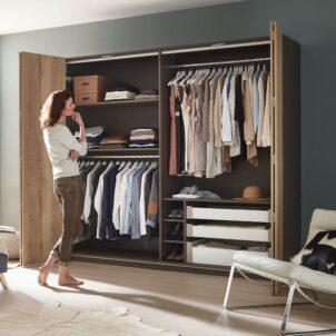 przechowywanie ubrań w szafie